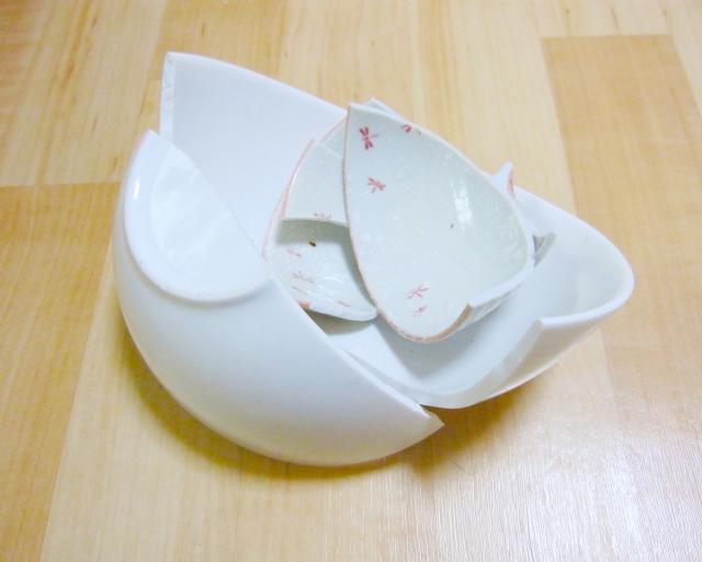割れてしまった陶器の茶碗