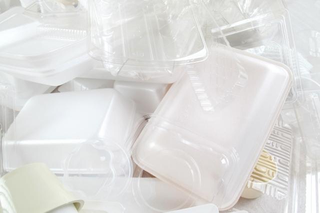 食品トレーやパックなどのプラスチックごみ