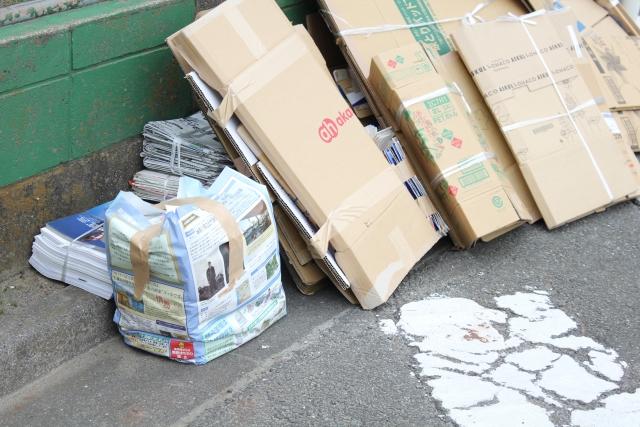 ごみ置き場に出された段ボールや新聞紙などの古紙